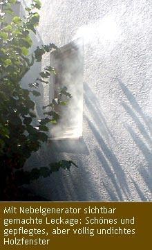 Mit Nebelgenerator sichtbar gemachte Leckage: Schönes und gepflegtes, aber völlig undichtes Holzfenster